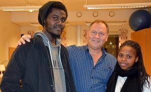 Hassan Abdallah, läraren Tomas Johansson och Yvette Uwayezu.