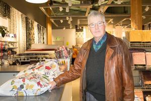 Björn Lindberg passar på att utnyttja utförsäljningen till att köpa täcken och kuddar. Han är besviken över att butiken ser ut att försvinna.