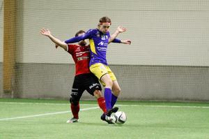 Emil Hodin håller undan i närkamp under finalen mot Månkarbo.