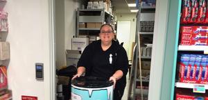"""Butikschefen Anna Magnusson, anställdes helt nyligen och har tidigare arbetat på Ica Maxi och Mediamarkt. """"Jättespännande"""" var hennes sammanfattning av känslan att starta en ny butik."""