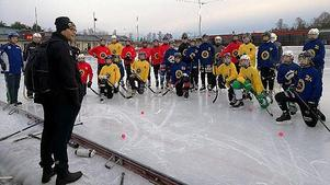 Förbundskaptenen Göran Boström har kallat 29 spelare till P15-landslagets läger i Västerås 2-4 januari. Bild: Bandyförbundet.
