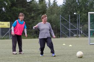 Gunilla Larsson tycker att det är svårt att inte börja springa. Här syns hon tillsammans med Gunnel Nilsson.