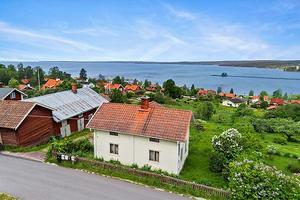 Fritidshus i Lerdal med utsikt över långbryggan med  tillhörande uthusbyggnad. Foto: Diakrit/Eric Böwes