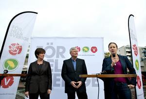 Mona Sahlin (S), Lars Ohly (V) och Maria Wetterstrand (MP) kampanjar tillsammans som de rödgröna dagen innan valet 2010, i Skärholmen utanför Stockholm. Foto: Pontus Lundahl / SCANPIX.