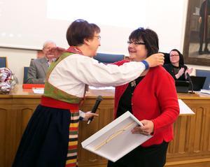 Anna-Maja Roos hade passande nog rättviksdräkt på sig när hon delade ut diplomet till Berit Zetterqvist.