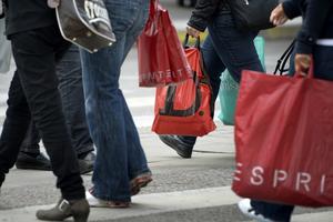 Människor som släpar runt på mängder av shoppingkassar blir en allt ovanligare syn sedan handlarna började ta betalt för plastpåsar.