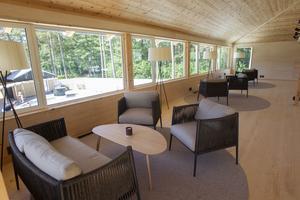 Ovanför restaurangen finns en lounge där besökarna kan sitta. Alla möbler är inköpta från Italien för att ge en extra lyxig känsla.