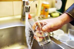 Jimmie Robertsson tog emot i Klittens bystuga och illustrerade något du inte bör göra just nu: ta ett glas vatten. Åtminstone inte förrän efter det är kokat.