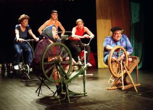 Det finns olika spinningpass. Håkan har alltid levt med humorn som kamrat, och bland annat spelat revy. Här är Håkan, till vänster i bild, i revyn Spelhörnan år 2002, tillsammans med Leif Flodin. På spinningcyklar i bakgrunden sitter Barbro Ulfeldt, Helena Bruhn och Malin Westermark. foto/arkiv: Malin Pahlm