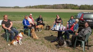 Dagträff ute på Gårdesta. Här övas det med hundarna och dessutom fikas det.