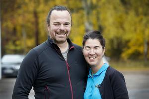Thomas och Yoko Gyllenskepp har drivit närbutiken mitt i Hille i femton år. Lönsamheten har gått upp och ner men sedan de fick möjligheten att bli paketutlämningsställe ökade försäljningen.