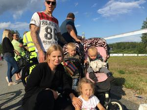 Familjen Hammar, Rebecka, Signe, Elsa, Abbe och Rasmus, hade laddat med godis och chips för att väntan inte skulle bli så lång innan showen började.
