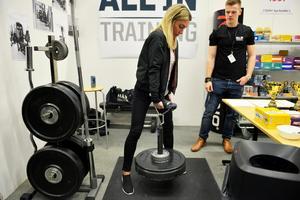 Kristin Abrahamnsson testar greppstyrkan med med en så kallad Rolling thunder. Hon klarade en vikt på 33,75 kilo och tog med det täten bland tjejerna på lördagseftermiddagen. Victor Nilsson från All in kontrollerade lyften.