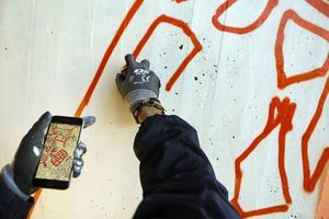 En detalj från den västra väggen i gångtunneln är hämtad från hällristningarna i Glösa. Henrik Ljusberg har varit och fotograferat hällristningarna, bilderna använder han som stöd under arbetet med målningen.
