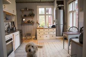 Under den nuvarande 90-talstapeten i köket har Jessica och Henric hittat rester av både originaltapet från 1880, och en tapet från 1910-1915-talet, som båda innehåller gula toner.