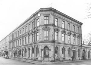 """KÄRRLANDET 2. Familjen Aspenberg bodde i en trerummare i huset med beteckningen """"Kärrlandet 2"""", byggt 1877. Den och övriga byggnader i kvarteret jämnades med marken då det stora Domusvaruhuset skulle byggas vid Stortorget i början av 1970-talet. Bilden är tagen från Nygatan. Till vänster skymtar Sagahuset, också det borta i dag."""