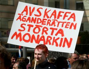 Demonstrant i Vänsterpartiets 1 maj-tåg i Stockholm 2004. Att privatpersoner kan äga företag är inte i enlighet med socialistiska ideal. Foto: Jack Mikrut