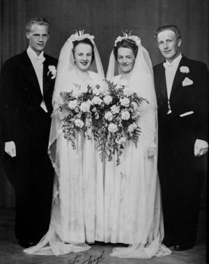 Det blev ett dubbelbröllop på gården i Aspnäs 9 juli 1949. Till vänster Sören och Ann-Marie Sjödin och till höger paret Anton (Ann-Maries bror) och Emma Selin (Sörens syster).