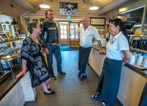 Sandra Magnusson och Stefan Lind har fått många goda råd av Hans-Peter och Steev Schütt inför övertagandet.  Foto: Berit Djuse