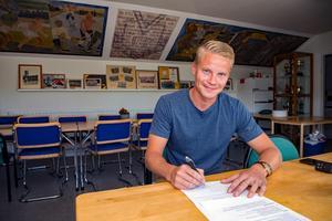 Mittfältaren Robin Rebermark har skrivit på för ytterligare ett år med Västanfors. Foto: Jörgen Hjerpe/Västanfors bandy