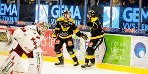Mikael Frycklund firar sitt avgörande 3-2-mål i förlängningen med Sebastian Benker.