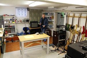 Under tiden Ulf bygger i källaren går radions P1 hela tiden i bakgrunden.