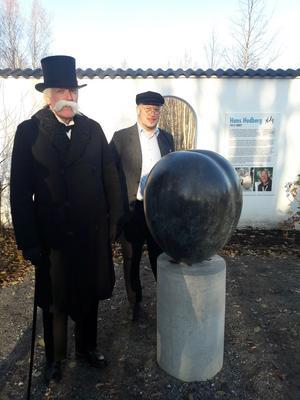 Brukspatronen (Tommy Thelin) och bokhållaren (Magnus Näslund) kan ni möta i Herrgårdsparken. Här är de stolt placerade vid Hans Hedbergs bronsplommon och framför informationsskylten om Hans Hedberg.