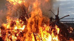 Bilden är tagen vid en fullt laglig eldning – valborgseld – på annan plats i landet. Även då brann det bra, dock utan skräp och diesel.