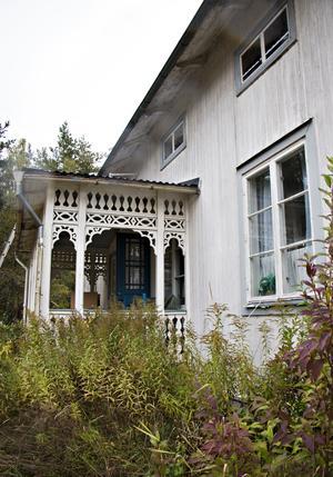 Gömt bakom träd och buskage och en igenvuxen trädgård står det gamla huset där ingen bott på flera decennier.
