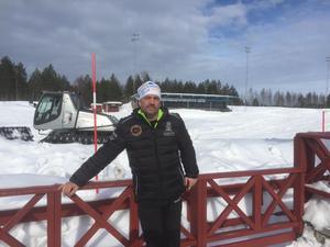 Medieansvarig Håkan Hansson. Snön som har plogats på vägarna har enkelt och snabbt transporterats till  Kalix IP. Bild: Privat