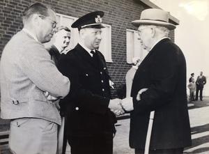 Brandchef Egon Staberyd (till vänster) hälsar på tidigare brandchefen major Curt Camitz vid invigningen av brandstationen 19 september 1959.