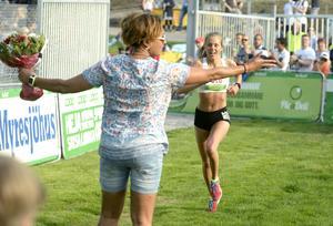 Vinnaren Johanna Åström tas emot av Blossom Tainton-Lindquist i målfållan.