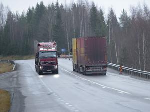 Två lastbilar möts på E4 genom Ångermanland. Svenska åkeriers konkurrenskraft – och möjligheten att bedriva företagande som är beroende av transporter i glesbygden – skulle bli lidande av förslaget enligt den kritik som fanns redan från början.