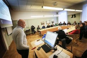 Miljöchefen i Östersunds kommun Jari Hiltula, hade det hett om öronen då han mötte flera av kommunens skönhetsterapeuter. Orsaken till mötet var företagarnas ilska över kommunens tillsyn