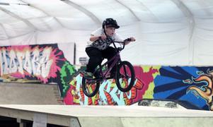 Mikael Stalczynski, åtta år, flyger fram på banorna i Hofors Xpark.