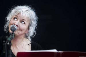 Karin Renberg uppträdde först av alla. Hon berättar att hon bara ger exklusiva spelningar på Rosehills numera.