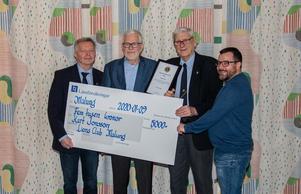 Här står stipendiaten omgiven av Lions Åke Gruvman, Sören Bjurström och Peter Isaksson.