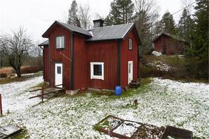 Fritidshus men med invändigt renoveringsbehov. Flera hus på tomten med lite skiftande skick. Stor tomt ca 3 ha. Foto: Fastighetsbyrån, Avesta.