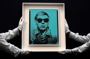 Foto: Kirsty Wigglesworth. Svenska galleriers och konsthandlares försäljning ökar, framför allt i utlandet. Här ett av Andy Warhols självporträtt som visades inför försäljning i London i somras. Arkivbild.