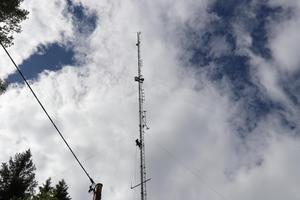 Masten på Bodberget ovanför Erikslund mäter hela 86 meter. Fast så högt upp behövde inte Björn klättra. Mottagaren som skulle sättas upp skulle