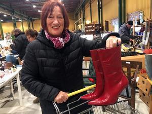Lisbeth Eklúnd besöker ofta butiken. Den här gången fyndade hon ett par glänsande  retrostövlar.