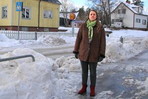 """Evgenia Shutova intervjuade i VLT i vintras. Då visade hon de isiga gatorna och de höga snövallarna vid övergångsställena. """"Här syns inte ett barn som ska korsa vägen. Tänk hur det blir när det är mörkt också"""", sa hon då."""
