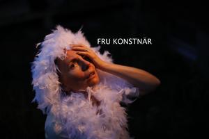 Fru Konstnär beskriver det som att hon gestaltar rädslans olika ansikten i sång, teater, drama och workshops.