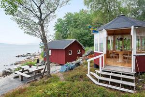 Både sjöbod och lusthus finns på tomten. Foto: Svensk fastighetsförmedling