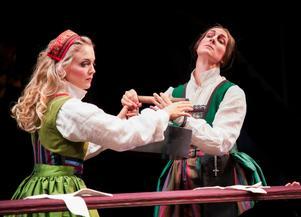 Margit Myhr som Anna Svärd och Hanna Kulle som Thea Sundler i Västanå teaters