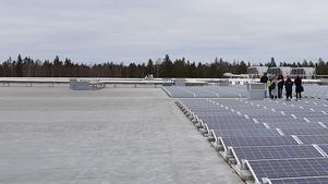 Vi vill ta vårt klimatansvar och bygga mer solceller. Men de stora taken används inte, gränsen på 255 kilowatt utesluter logistikbyggnader, idrottshallar och andra större byggnader, skriver debattörerna i sitt debattinlägg. Foto: Solkompaniet