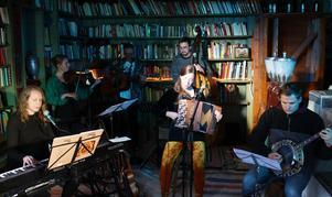 Karoline Espås (keyboard), Chelsea Long (fiol), Erik Andersson (bas), Sara Korpela (dragspel) och Anton Sandqvist (banjo).