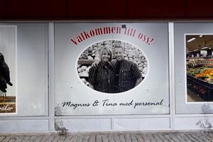 På en bild på väggen till affären hälsar Magnus Dahlström och Tina Dahlström Berg sina kunderna välkommen.