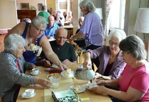 Kopparbergs PRO bildades 1944. Det firades förstås med kaffe, kaka och tårta. Margareta Björk serverar Berit Karlsson, Ingemar Fredriksson, Ragnhild Geschwind och Una Höckerling.