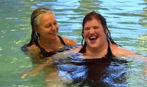 Laila Jonsson och Kajsa Eriksson badar i Tunets bad för sista gången..